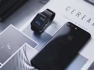 een smartwatch en een smartphone