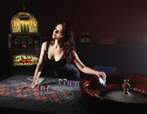 Vrouw die op een roulette tafel leunt