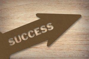 een pijl met de woorden succes