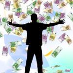 foto van een een man helemaal zwart waarbij het geld aan het regenen is
