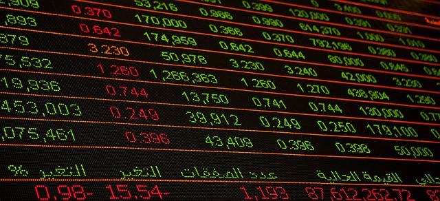 Een digitale bord met daarop koersen van aandelen