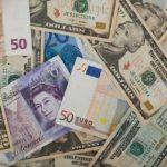 foto van diverse valuta,euro, pond en dollar