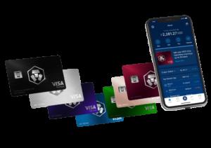 foto van de visa kaarten van crypto.com plus een telefoon met daarop hun app
