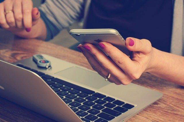 vrouw die onderzoek aan het doen is met haar laptop en telefoon