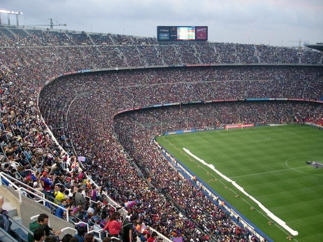 Foto van een gevuld voetbal stadion