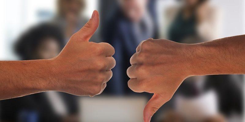 twee handen één met een like en de anderen met een dislike